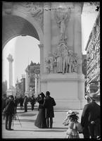 Detail of the Dewey Arch with spectators, Fifth Avenue, New York City, October 1, 1899.