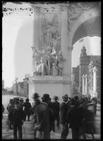 Detail ('Triumphal Return') of the Dewey Arch with spectators, Fifth Avenue, New York City, October 1, 1899.