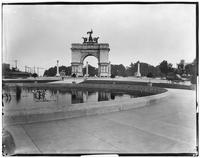 Brooklyn: triumphal arch, Grand Army Plaza, viewed from behind a pool or fountain, undated.