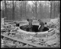 Workmen waterproofing the bear pools with paper and hot tar, New York Zoological Gardens [the Bronx Zoo], Bronx, N.Y., May 2, 1899.