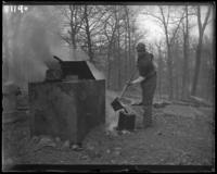Man pouring tar, New York Zoological Gardens [the Bronx Zoo], Bronx, N.Y., 1899.
