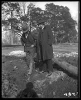 Unidentified men in discussion, New York Zoological Gardens [the Bronx Zoo], Bronx, N.Y., 1899.