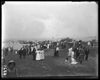 Crowds on the beach watching a boat race, Orchard Beach, Bronx, N.Y., 1907.